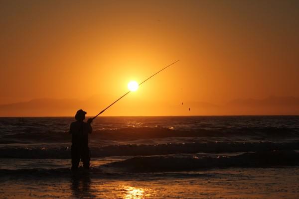 Hombre pescando en una playa