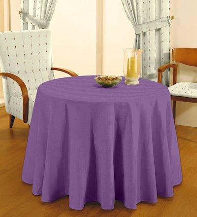 una mesa con brasero con manta